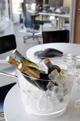 Büro, Champagner auf einem Konferenztisch