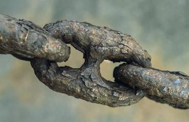 Very rusty weakened chain link