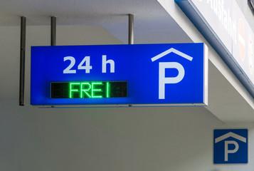 Schild Parkplatz oder Parkhaus 24h