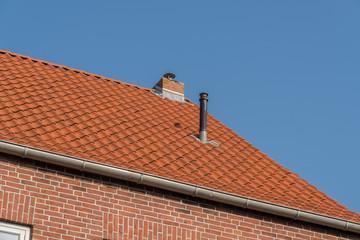 Schornsteine auf einem Dach mit Dachpfannen