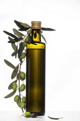 Olivenölflasche mit Olivenzweig