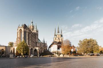 Dom und St. Severin Kirche am Domplatz in Erfurt bei Sonnenaufgang