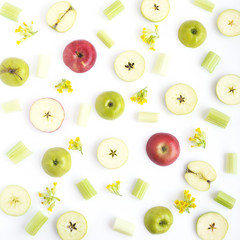 Fototapete - Pattern of green and red apples. Fruits and flowers on a white background. Wallpaper of fruits. Composition of sliced apples.Top view, flat lay.