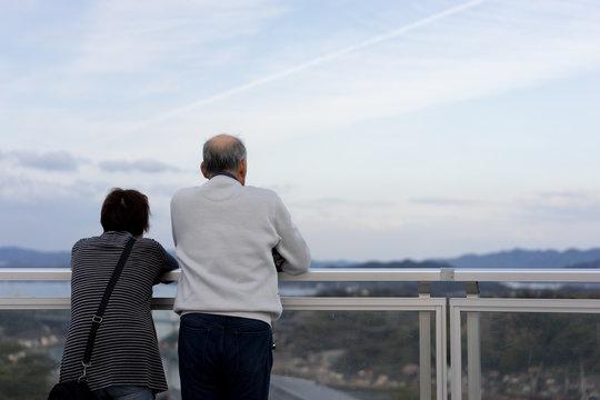 展望台で寄り添う老夫婦
