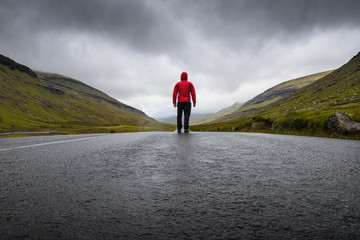 route vierge montagne disconnect seul libre liberté faroe island féroé homme randonnée randonneur marcheur  perspective vivre nature sauvage herbe colline doudoune rouge, Wall mural