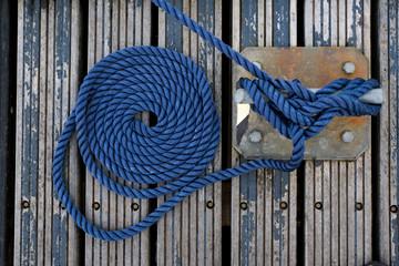 Nœud corde marin bateau ponton amarre bleu cordage attacher marina voilier