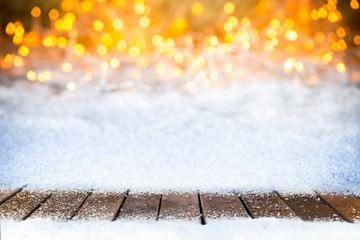 christmas xmas snow bokeh background with many lights and empty wooden planks onsnow copy space / Weihnachtshintergrund lichter bokeh holzboden leer mit textfreiraum