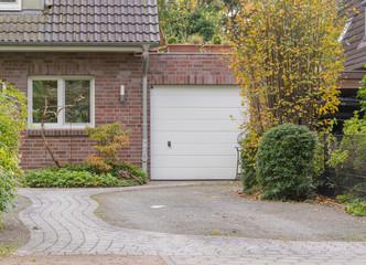 Garage eines Hauses mit weißem Tor