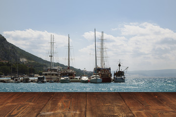Fotoväggar - Table on seaside background