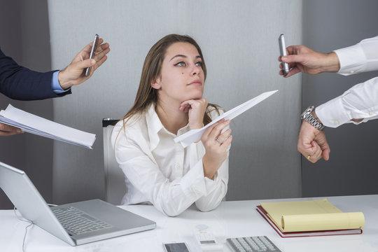 Segretaria si distrae durante lo stressante lavoro d' ufficio