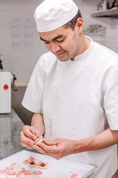pâtissier prépare des macarons
