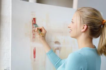 frau malt ein bild mit acryl