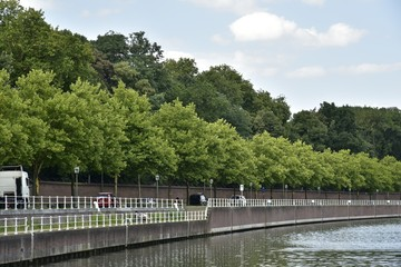 Berges du canal aménagée pour promenade, le long d'une route importante longeant le domaine royal de Laeken à Bruxelles