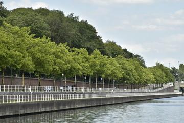 Promenade aménagée le long de l'eau entre les ponts de la Reine et Van Praet devant le mur d'enceinte du Domaine Royale de Laeken à Bruxelles