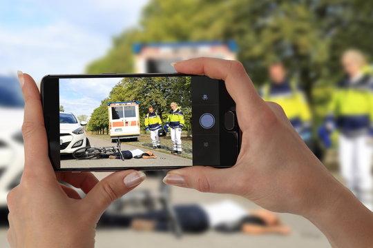 Schaulistiger Gaffer fotografiert Unfall mit Handy
