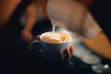 Fototapeta Cappuccino con disegno, schiuma o latte art con foglia obraz