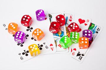 Würfel auf Spielkarten