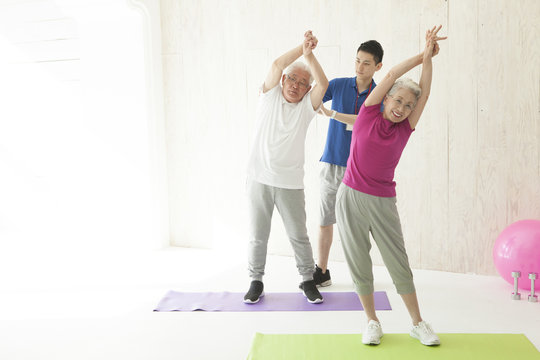 The trainer is teaching the body stretch