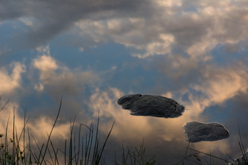 Nuvole e cielo riflessi sull'acqua