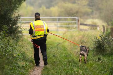 Polizist mit Diensthund - Spürhund