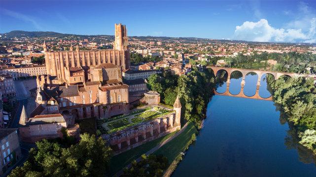Albi et sa cathédrale surplombant le Tarn