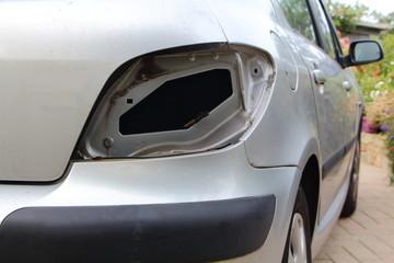 Feux arrières de voiture enlevés pour réparation