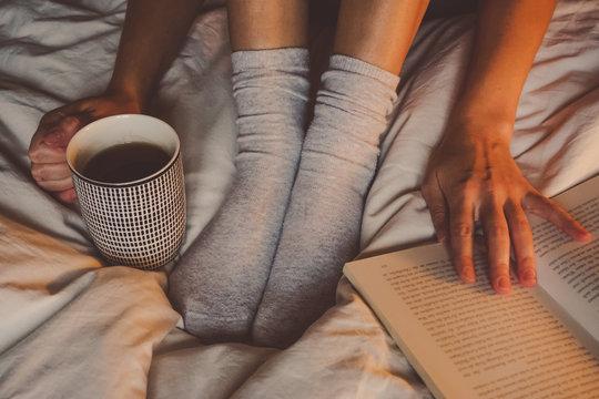 Kaffee im Bett mit einem Buch