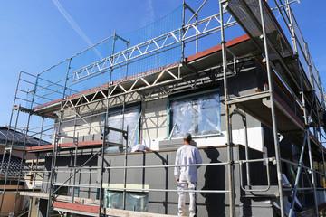 Bauarbeiter isolieren eine Hausfassade