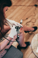 A woman tattooing itself
