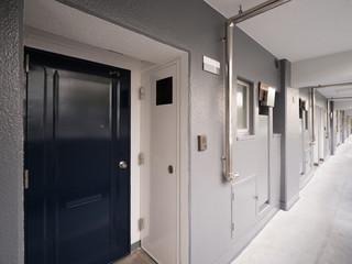 Fototapete - 集合住宅の廊下