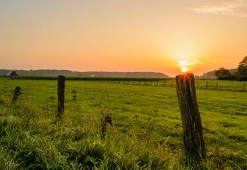 Ein Sonnenaufgang hinter einem Feld an einem Herbstmorgen