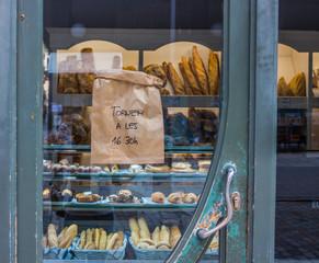 Вывеска на дверях магазина с выпечкой