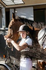 jolie cavalière préparant sa monture