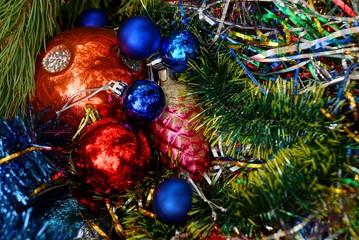 красивые новогодние игрушки в зелёных хвойный ветках