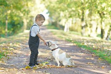 Freundschaft zwischen Kind und Hund