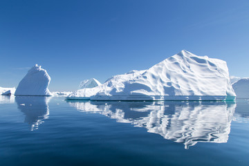 Foto auf Acrylglas Antarktika Icebergs reflect in the water in Pleneau Bay, Antarctica