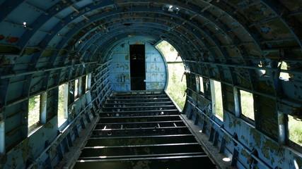 Interno relitto di aeroplano da combattimento in guerra