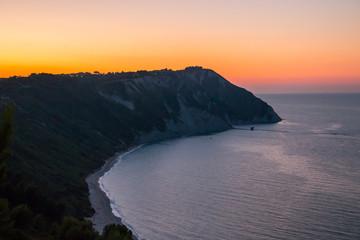 La scogliera di Mezzavalle al tramonto, Ancona, Marche, Adriatico, Italia