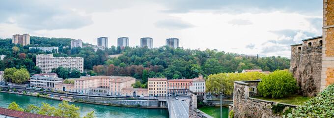 Panorama sur la colline de Fourvière à Lyon depuis le Fort Saint-Jean