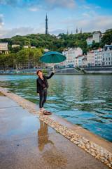 Femme sur les quais de Saône à Lyon