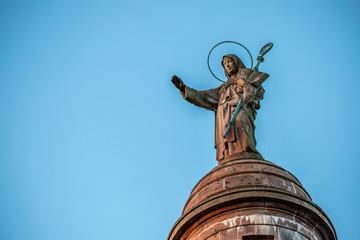 Figur auf dem Turm des Kloster Sainte Odile in den Vogesen im Elsass