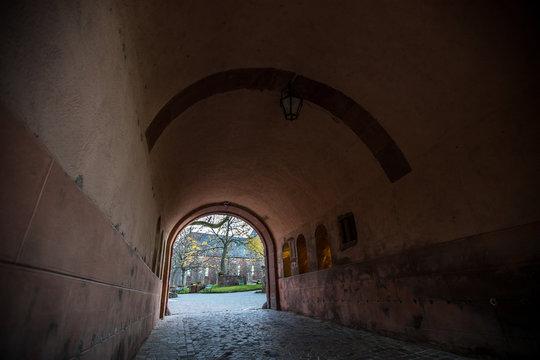Tunnel am Eingang zum Kloster Sainte Odile in den Vogesen im Elsass