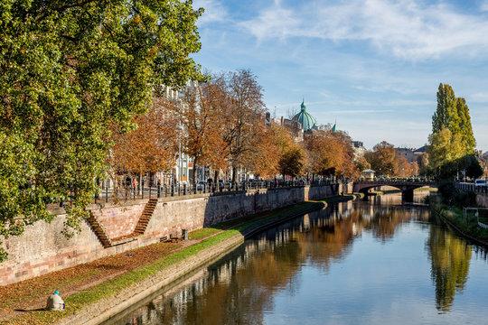 Sonniger Herbsttag am Ufer der Ill in Straßburg