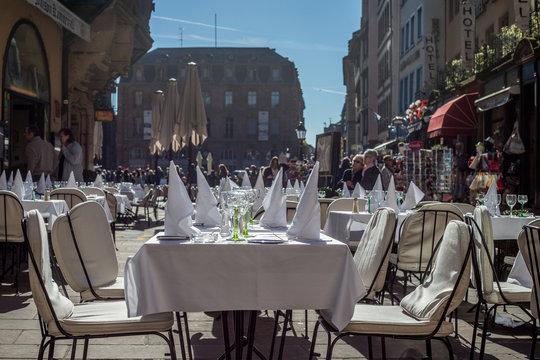 Gedeckter Tisch eines Restaurants in Straßburg