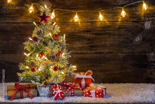 weihnachtsbaum mit schnee lichter und geschenke stock. Black Bedroom Furniture Sets. Home Design Ideas