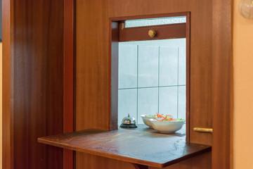 Durchreiche in einem Restaurant mit Einblick in die Küche