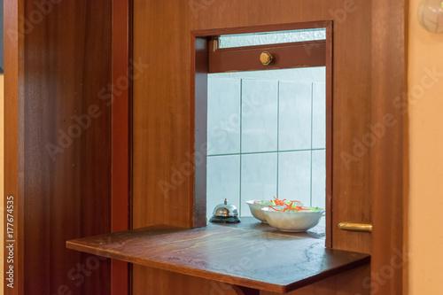 Durchreiche in einem Restaurant mit Einblick in die Küche ...