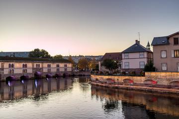 Beleuchteter Staudamm am Ill in Straßburg am Abend