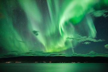 Polarlichter über einem Fjord
