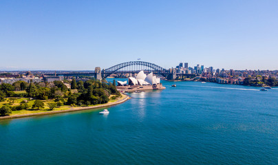 Photo sur Plexiglas Sydney Beautiful panorama of the Sydney harbour district with Harbour bridge, Botanical garden and the Opera building.